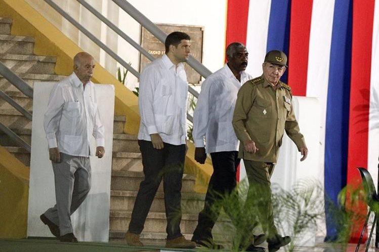 <em>El presidente cubano, Raúl Castro, llega para la ceremonia por el 62 aniversario del asalto al Cuartel Moncada,en Santiago de Cuba. (Foto Prensa Libre: EFE).</em>