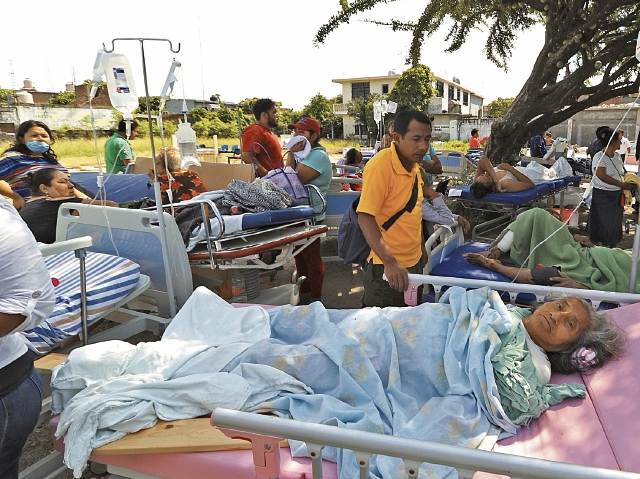 Decenas de pacientes de un hospital de Juchitán, Oaxaca, fueron evacuados.