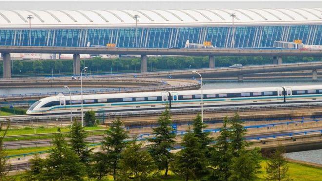 El tren de levitación magnética conecta el aeropuerto de Shanghái con el sistema de metro de la ciudad. (ALAMY)