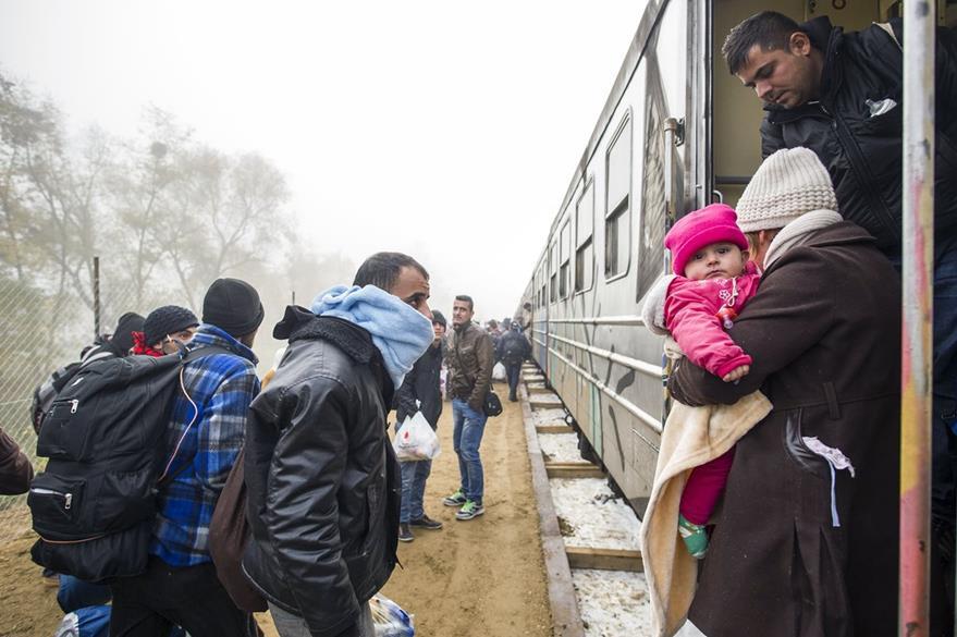 Migrantes que llegaron procedentes de mar Egeo, buscan cruzar la frontera entre Eslovenia y Austria. (Foto Prensa Libre: AFP).