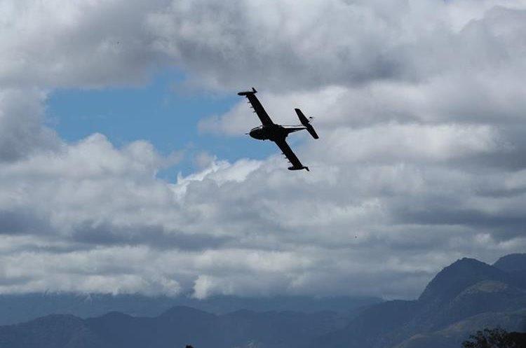 Un piloto salvadoreño hace una maniobra sobre la multitud. (Foto Prensa Libre: Esbin García)
