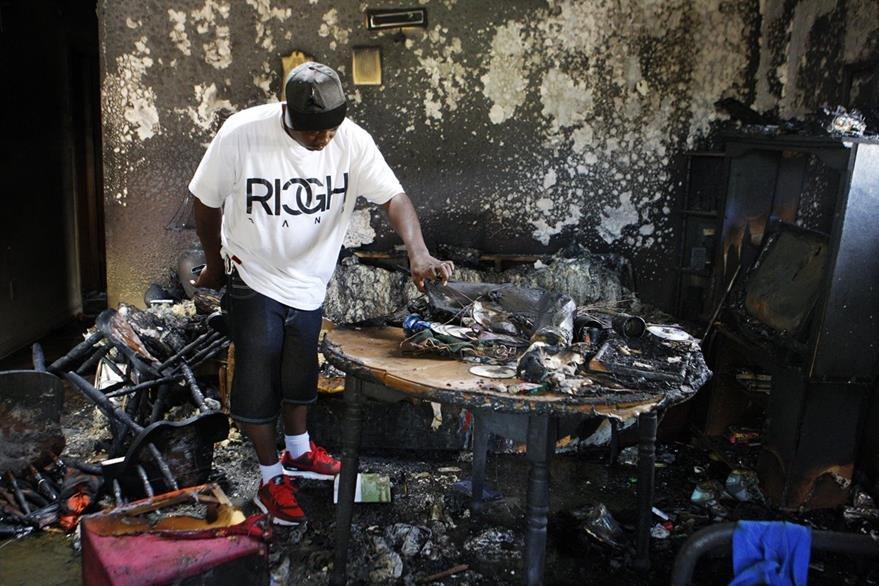 El fuego arrasó con todo en el interior de la vivienda. (Foto Prensa Libre: AP).