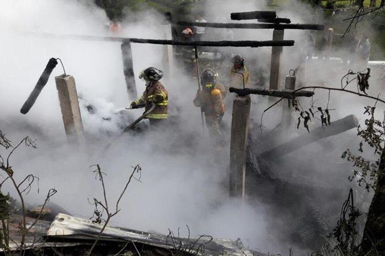 Bomberos continúan trabajando para controlar el fuego. (Foto Prensa Libre: Cortesía)