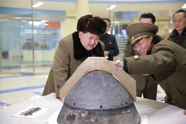<span>Kim</span> <span>Jong</span><span>-Un</span> <span>(</span><span>l</span><span>)</span> visita <span>una sección</span> <span>de fabricación</span><span> de ojivas</span> <span>de misiles balísticos</span><span>. (Foto Prensa Libre:AFP)</span>