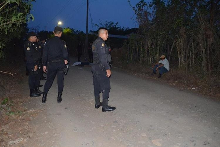 Agentes de la PNC en el lugar del ataque. (Foto Prensa Libre: Jorge Tizol)