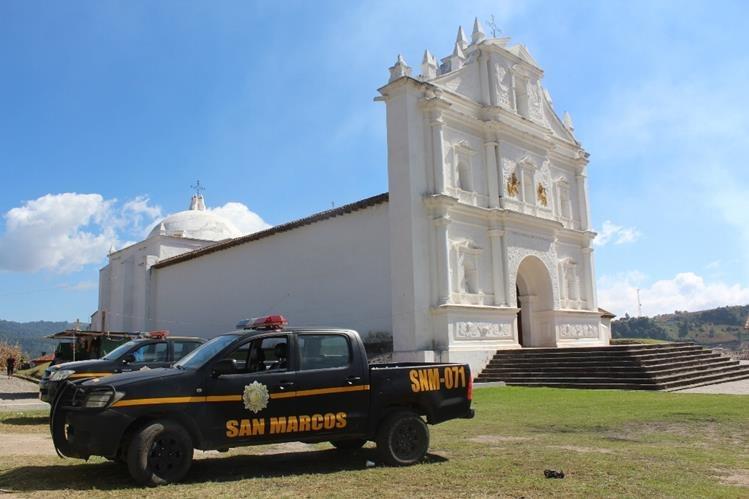Autopatrullas de la PNC permanecen en el lugar donde en años anteriores se ha ubicado la feria de Concepción. (Foto Prensa Libre: Ángel Julajuj).