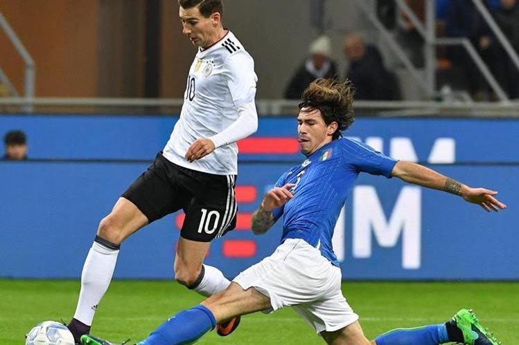Alessio Romagnoli disputa el balón con León Goretzka durante el partido amistoso de Italia y Alemania. (Foto Prensa Libre: EFE)