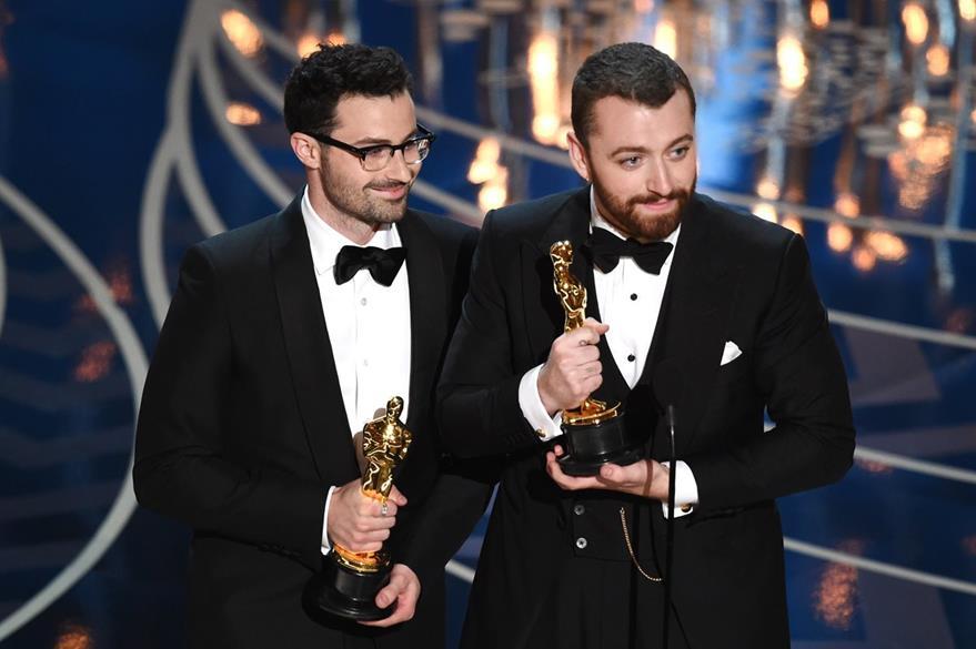El escritor Jimmy Napes y cantante Sam Smith aceptaron el galardón de mejor canción. (Foto Prensa Libre: AFP)