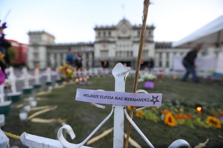 Un altar permanente en la Plaza de la Constitución en memoria de las niñas muertas durante la tragedia en el Hogar Seguro. (Foto Prensa Libre: Érick Ávila)