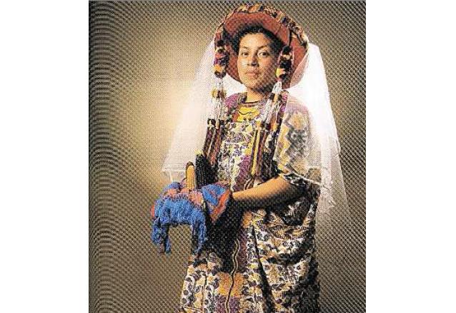 El traje ceremonial de la Esperanza está lleno de símbolismo maya y tiene gran presencia. (Foto: Hemeroteca PL)
