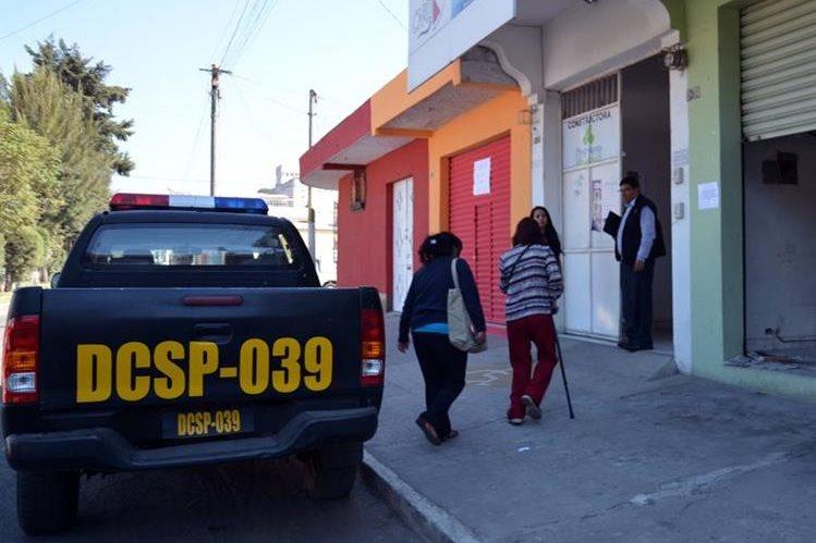 Autoridades inspeccionan la oficina conde ocurrió el ataque en la zona 3 de Xela. (Foto Prensa Libre: Carlos Ventura).
