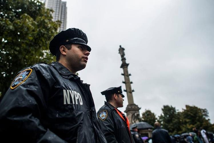 Los agentes del Departamento de Policía de Nueva York refuerzan la seguridad cerca de la estatua de Cristóbal Colón. (Foto prensa Libre:AFP).