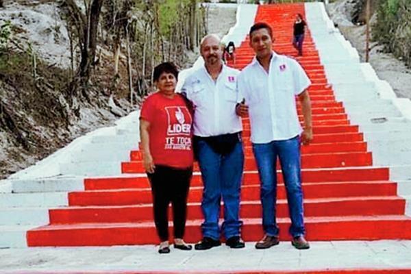Simpatizantes de Líder posan frente a las gradas de la iglesia católica de San Agustín Acasaguastlán, El Progreso. (Foto Prensa Libre: tomada de Twitter)