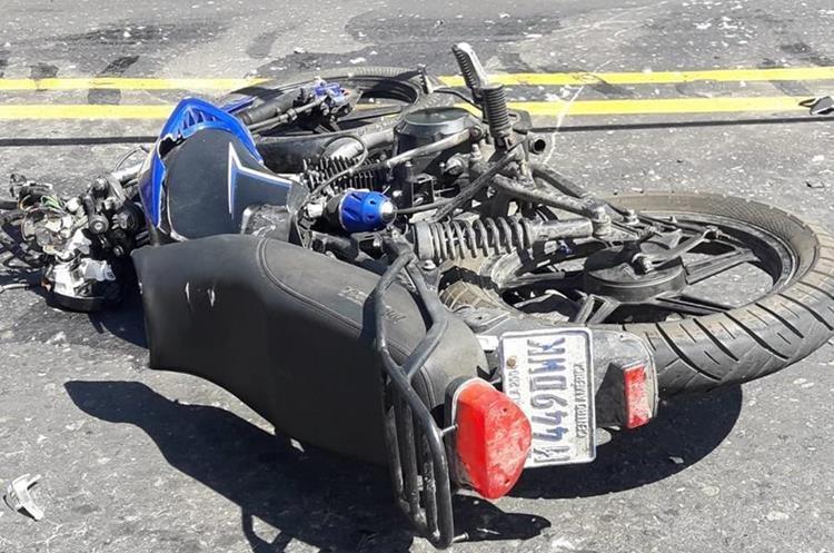 La motocicleta en la que viajaba Persi Geovani Esquit Barrios quedó destruida. (Foto Prensa Libre: Cortesía Víctor Chamalé)