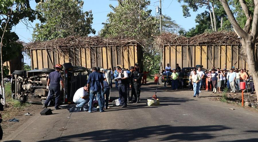 Una estudiante, de 15 años, falleció recientemente en el kilómetro 100, entre La Democracia y La Gomera, Escuintla, luego de que un camión que transportaba caña chocara el microbús en el que viajaba. En el hecho, otras seis personas resultaron heridas. (Foto Prensa Libre: Enrique Paredes)