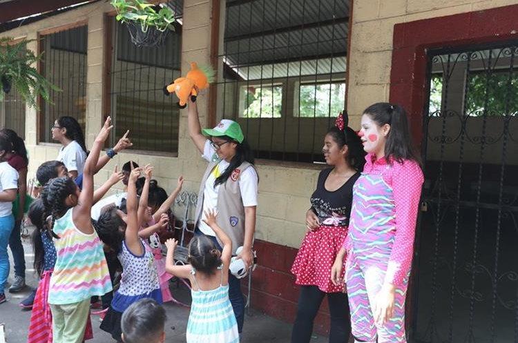 Las voluntarias cantaron y jugaron con los niños para ayudarles tras el incidente (Foto Prensa Libre: Pablo Juárez).