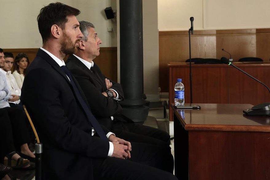 Los Messi son acusados de no reportar a hacienda las ganancias obtenidas por los derechos de imágen del jugador del FC Barcelona. (Foto Prensa Libre: AP)