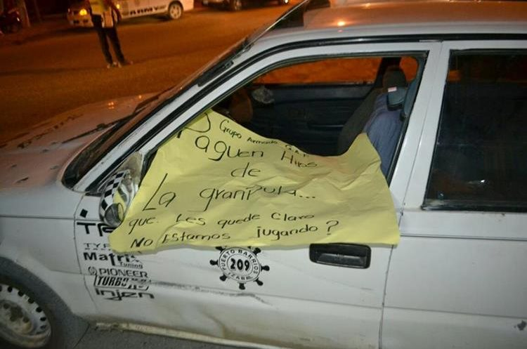 Los delincuentes dejaron un rotulo con amenazas en un taxi que fue atacado hace unos días, en Puerto Barrios, Izabal. (Foto Prensa Libre: Dony Stewart)