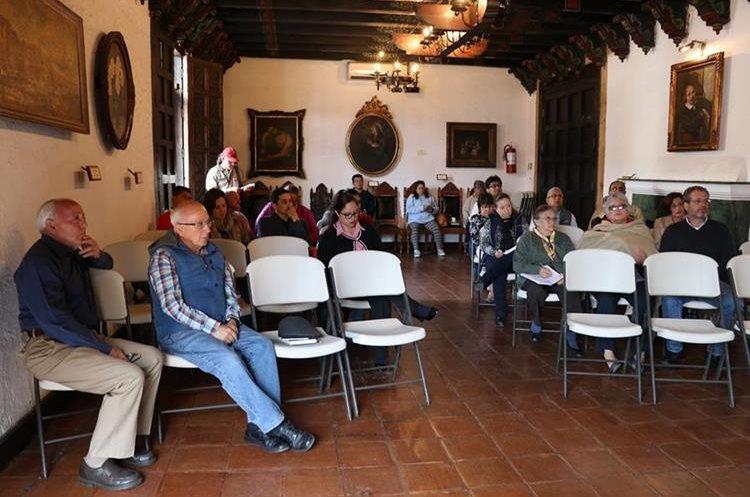 Vecinos de Antigua Guatemala escuchan explicación sobre plan piloto para colocar cableado subterráneo. (Foto Prensa Libre: Julio Sicán)