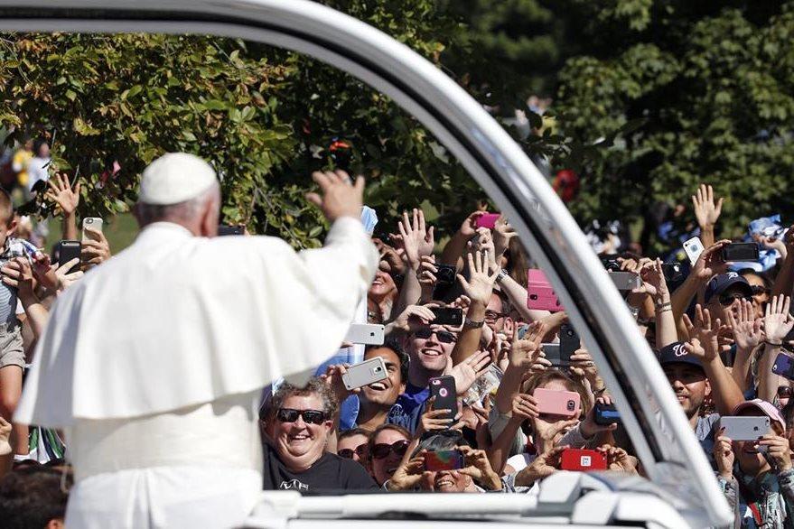 Francisco saluda a los cientos de estadounidenses que salieron a las calles para saludar al Papa. (Foto Prensa Libre: AP).