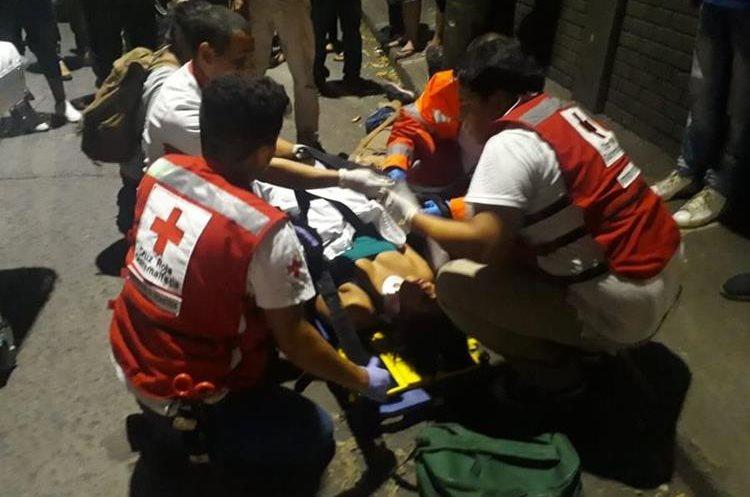 Voluntarios de Cruz Roja evalúan a una de las personas que fueron llevadas por los pobladores.