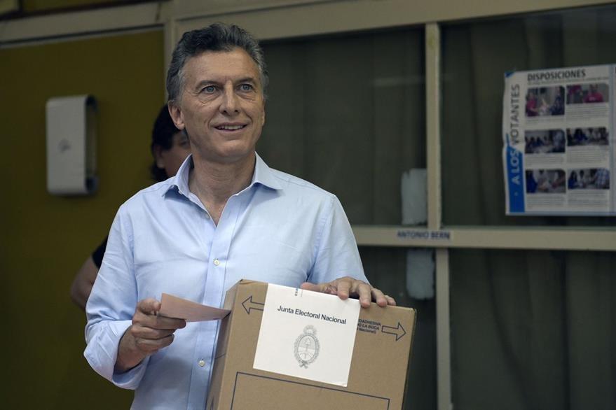 Mauricio Macri, el candidato opositor argentino, deposita su voto. (AFP)