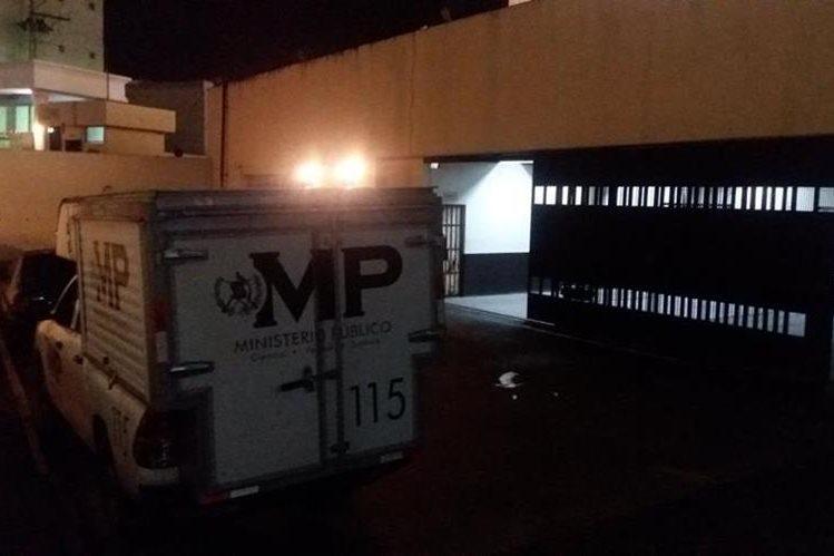 Peritos del MP recaban evidencias en el Centro Regional de Justicia de Xela, donde fue hallado el cadáver de un reo. (Foto Prensa Libre: María José Longo)