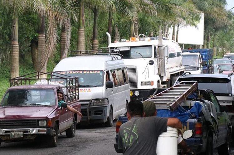 Largas filas de vehículo se forman luego de haberse habilitado el paso en el puente Cameyá. (Foto Prensa Libre: Cristian I. Soto)
