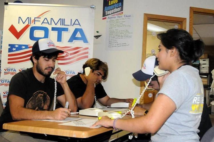 Voluntarios con Mi Familia Vota llaman por teléfono a ciudadanos latinos instándoles a votar el 8 de noviembre próximo. (Foto Prensa Libre: EFE).