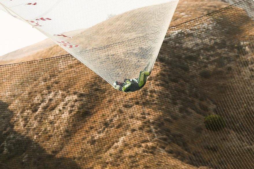 Momento exacto en el que Aikins cae en la red. (Foto Prensa Libre: EFE).