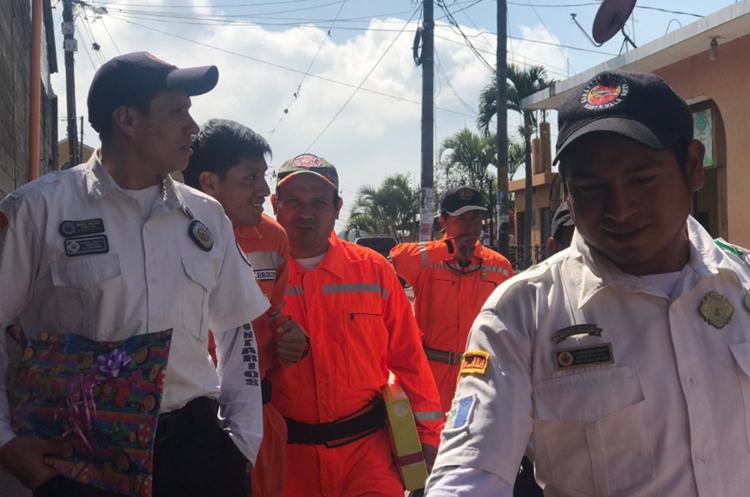 Bomberos voluntarios de San Juan Alotenango se dirigen a la casa de su compañero Antonio Castillo para entregar regalos a su hija, Abigail. (Foto Prensa Libre: Cortesía Saulo Morales).