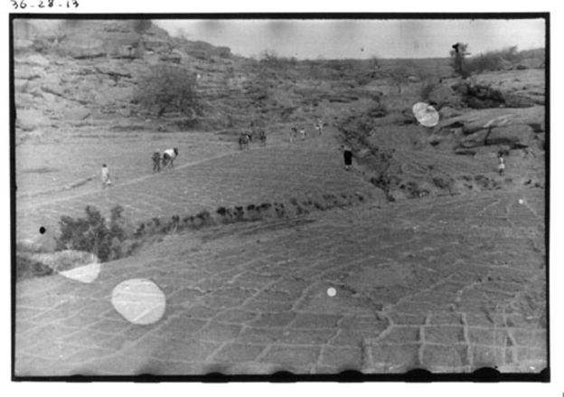 Marcel Griaule creía que el paisaje visto desde el aire podía revelar secretos de la vida de sus habitantes. Imagen cortesía de Griaule Archives. GRIAULE ARCHIVES