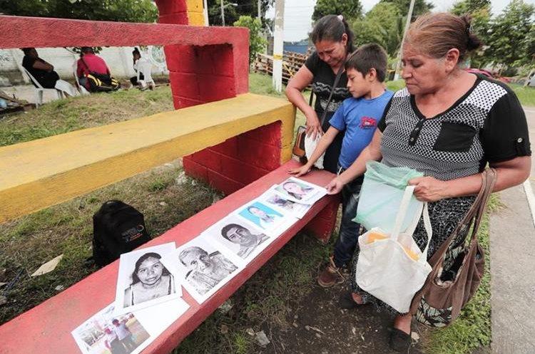 Doña Marta Julia Illescas ha venido todos los días para esperar información sobre la familia de su hermana. (Foto Prensa Libre: Ana Lucía Ibarra).