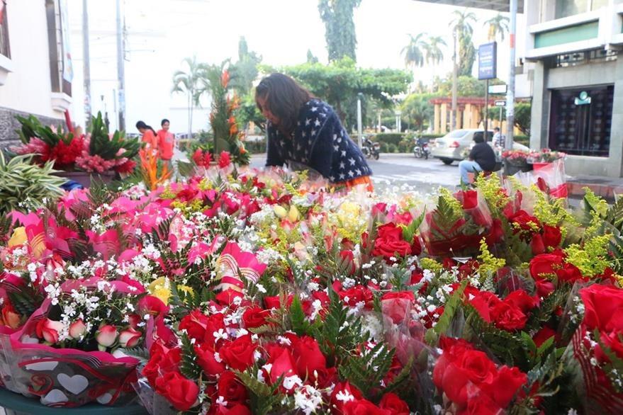 Vendedores ofrecen variedad de flores a sus clientes, en Retalhuleu. (Foto Prensa Libre: Rolando Miranda).
