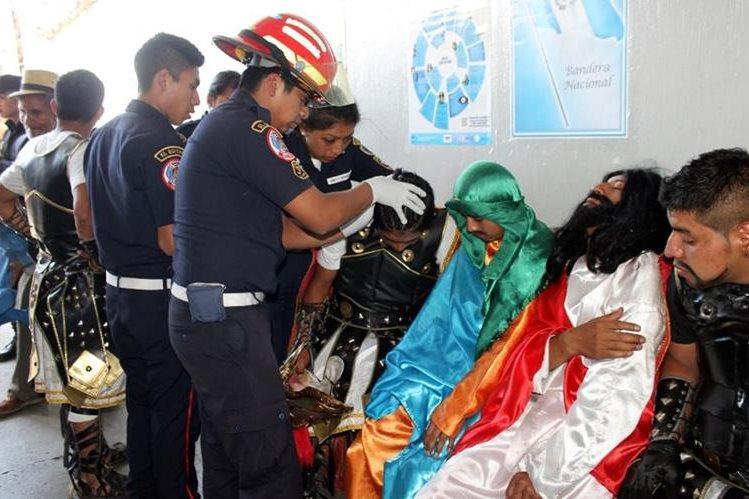 Socorristas atienden a actores de la Pasión de Cristo que fueron agredidos por automovilista, en Santa Cruz del Quiché. (Foto Prensa Libre: Óscar Figueroa)