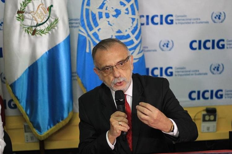 Iván Velásquez, jefe de la Cicig, explica el tratamiento que se le da a los escritos que reciben para determinar si son objeto de investigación. (Foto Prensa Libre: Esbin García)