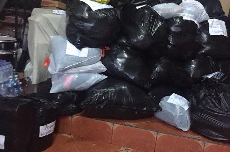 Gran cantidad de ropa para adultos y niños han sido recolectados por los migrantes en Nueva York en Estados Unidos. (Foto Prensa Libre: Juan Carlos Pocasangre)