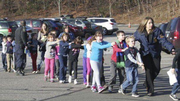 Los niños de la escuela Sandy Hook en Newtown, California, fueron evacudos después de uno de los peores ataques perpetrados en EE. UU. Veinte niños fueron ultimados. (Foto Prensa Libre: Hemeroteca PL).
