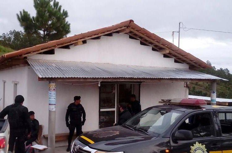Varios allanamientos se realizaron en Totonicapán donde decomisaron 45 libras de marihuana. (Foto Prensa Libre: PNC)