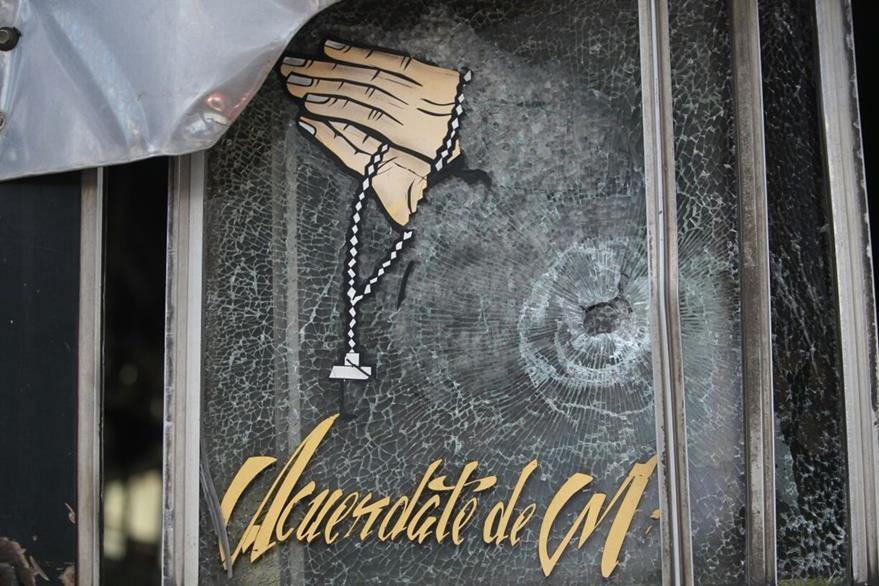La bala que mató al piloto de la ruta 36 entró desde afuera, a través del vidrio lateral del bus. (Foto Prensa Libre: Érick Avila)