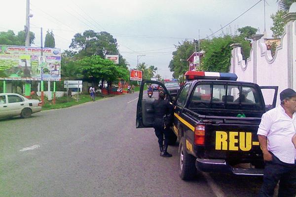 Agentes de la policía llegaron al lugar del ataque armado. (Foto Prensa Libre: Jorge Tizol)