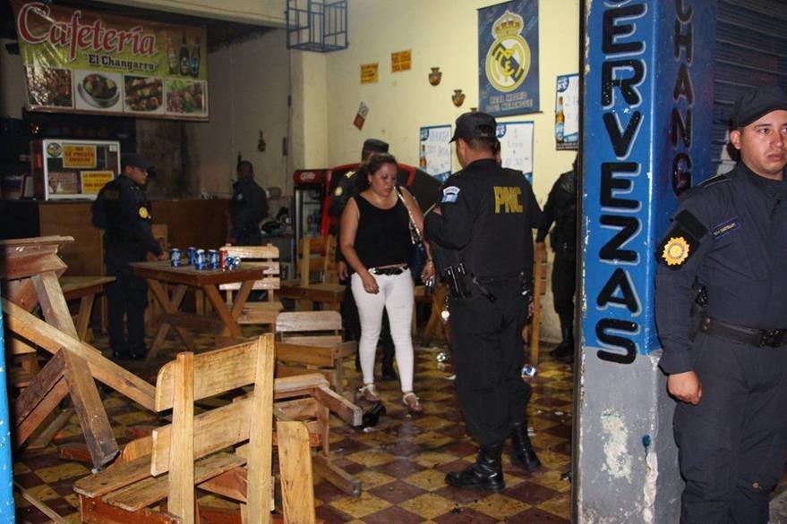 Los capturados se enfrentaban a golpes y botellazos en El Changarro, una cafetería de la zona 8. (Foto Prensa Libre: Cortesía PNC)