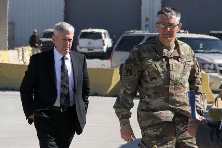 El nuevo jefe del Pentágono y Secretario de Defensa de EE.UU., Jams Mattis, es recibido por el General Stephen Townsend tras su arribo a Bagdad. (Foto Prensa Libre: AFP)