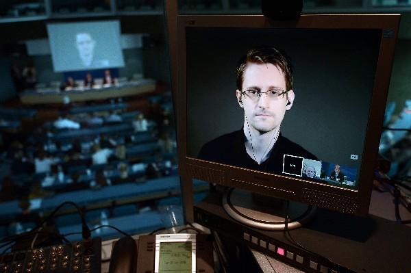 Edward Snowden habla por videoconferencia durante un foro en Atenas, Grecia. (AFP).