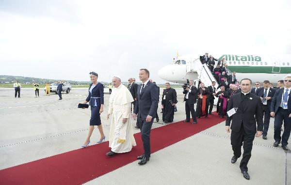 El Papa es recibido por el presidente polaco, Andrzej Duda (3i) y por su esposa, Agata Kornhauser-Duda.(Foto Prensa Libre:EFE).