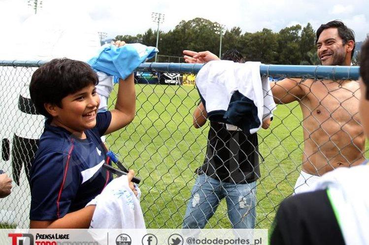 Carlos Ruiz y Juan Pablo Pérez intercambian las camisolas al finalizar el entrenamiento de la Bicolor. (Foto Prensa Libre: Carlos Vicente)