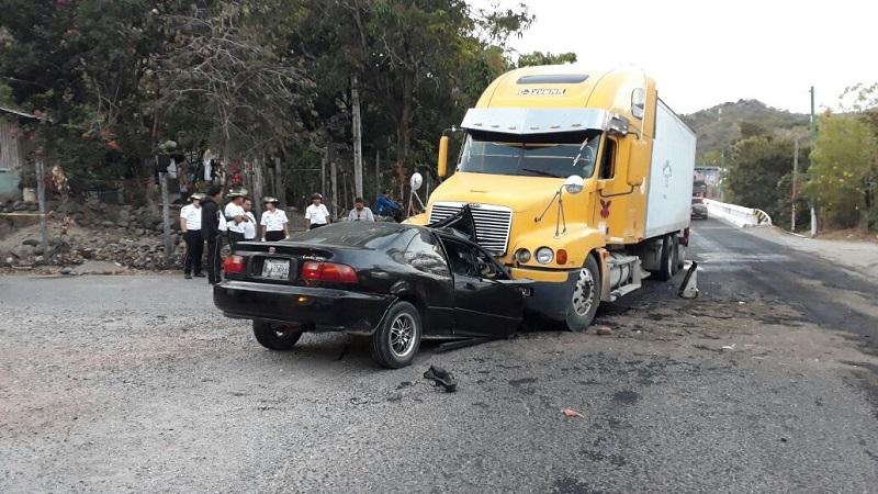 Los dos ocupantes de automóvil mueren al chocar de frente contra tráiler en la ruta de Chiquimula a Esquipulas. (Foto Prensa Libre: Mario Morales)