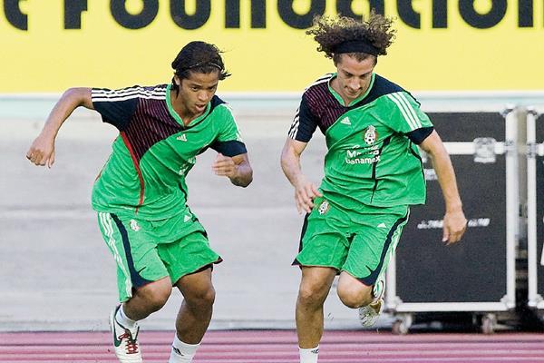 Giovanny Dosantos (i) y  Andrés Guardado forman parte de la constelación de estrellas que México tendrá ante Guatemala en la Copa Oro 2015. (Foto Prensa Libre: Hemeroteca PL)