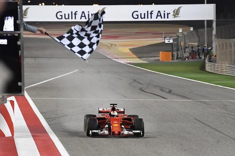 Sebastian Vettel antes de cruzar la meta en el Gran Premio de Bahréin de la Fórmula 1. (Foto Prensa Libre: AFP).