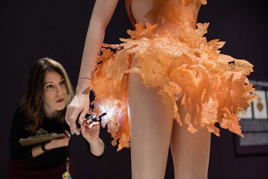 Los diseños futuristas son parte de la propuesta de la diseñadora holandesa. (Foto Prensa Libre: AP).